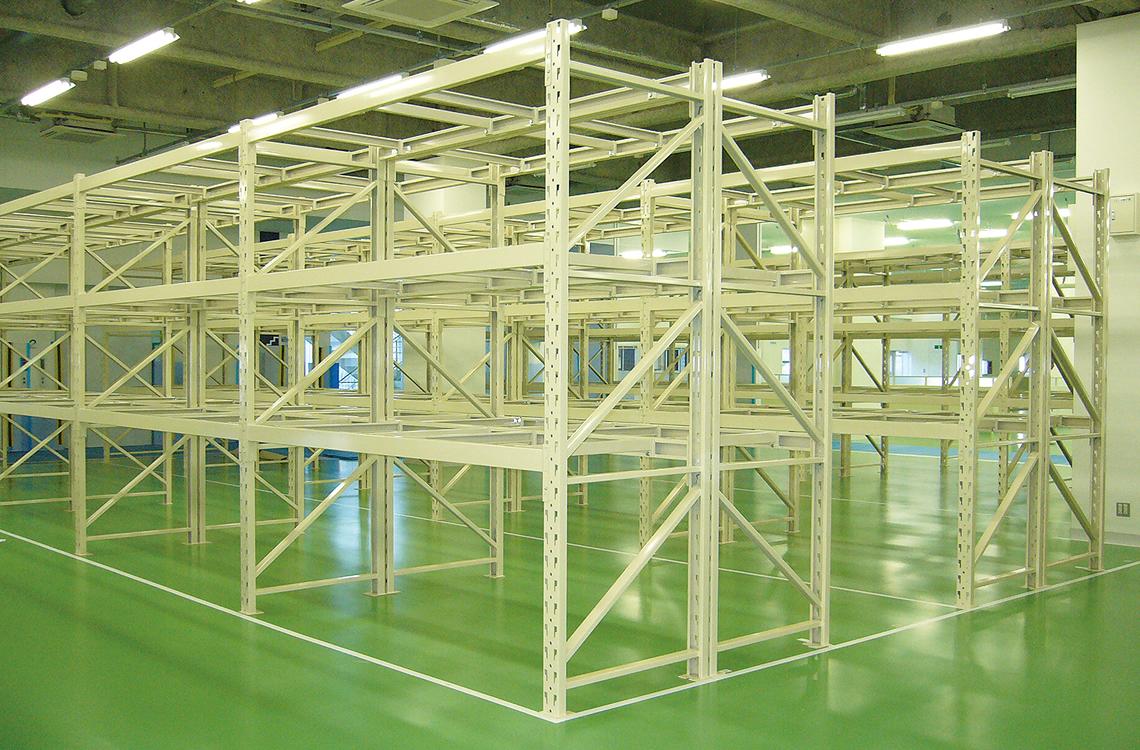 パレットラックは、商品をパレットに積んだまま収納可能です。