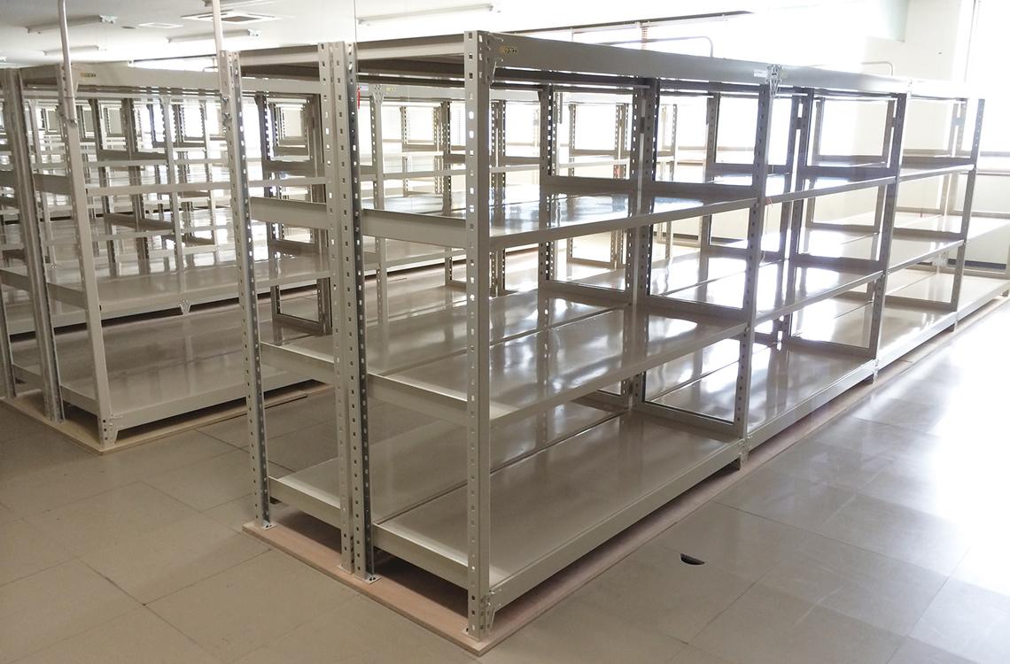 工場などでは、製品の部品やパーツをカゴやコンテナに入れ、整理整頓しながら収納。