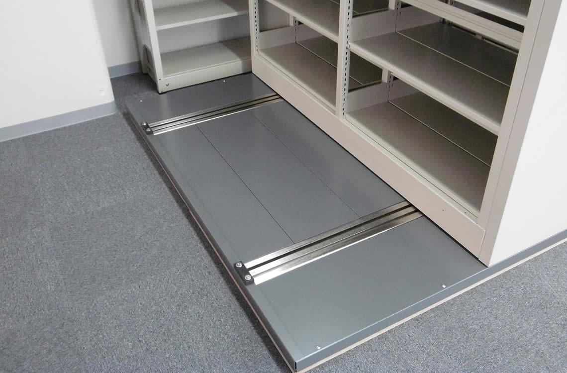 移設可能なアンカーレスタイプのフロアベース。<br /> 床工事を必要としないので、OAフロアなどに最適です。