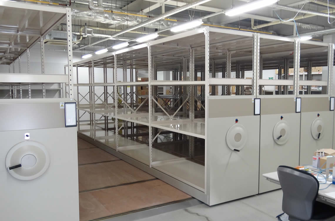 コストダウンの為、棚部分は既設流用で当社は台車と床工事のみを実施させていただきました。