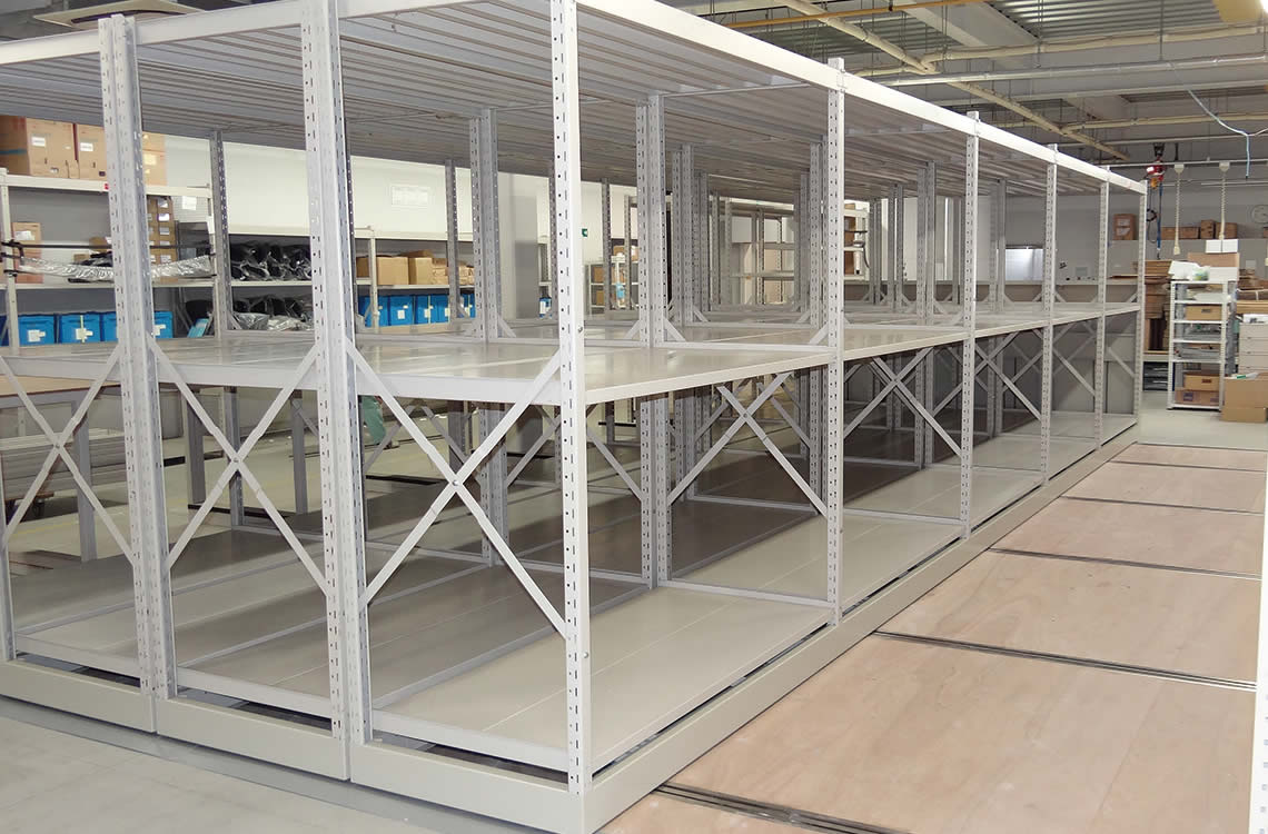 レール間床(レールとレールの間の床)は、木製の合板を敷設し搬出入時の利用し易さを実現。