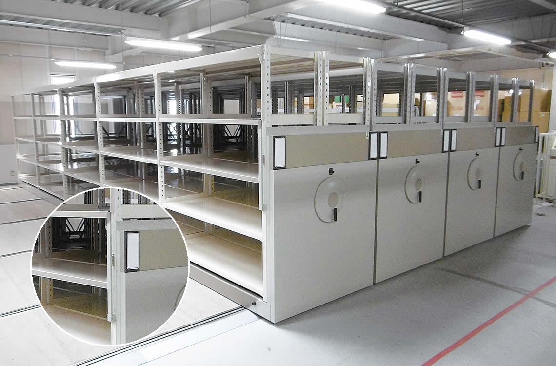 通路確保バーをカスタムメイド。<br /> 地震時に棚と棚の間に挟まれないよう設計。